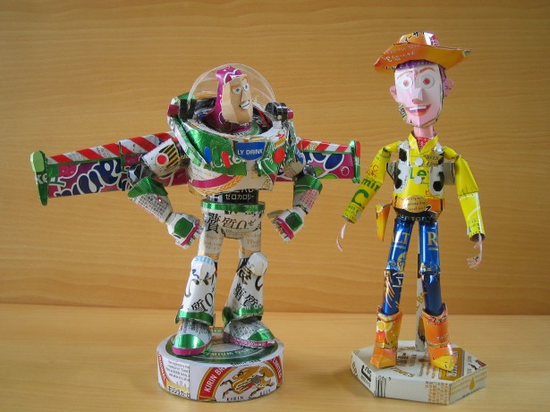 escultura-latas-cervezas-woody-buzz