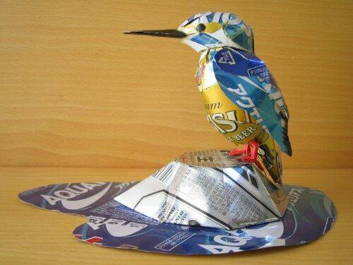 escultura-latas-cervezas-martin-pescador